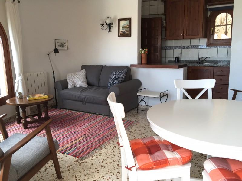 Modern und gemütlich ist das Wohn-Eß-Zimmer mit offener Küche.